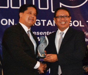 Supply Chain Management Association of the Philippines president Arnel Gamboa (left) hands guest of honor Rep. Magtanggol Gunigundo a plaque of appreciation at the recent SCMAP induction of officers.