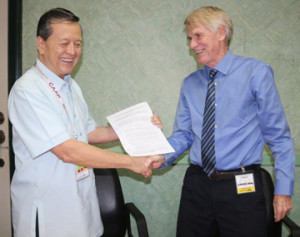 CAAP Hotchkiss (left) and Lions seal the CNS/ATM deal with a handshake after signing the contract at the CAAP last week.