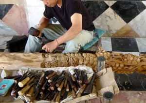 Woodcarver_in_Thai_temple